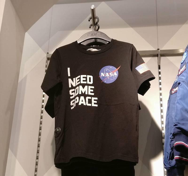 f55f82eff53719 Oto koszulka I Need Some Space zauważona w dziale dziecięcym H&M w  Warszawie. Niestety nie udało mi się jej znaleźć w sklepie online.