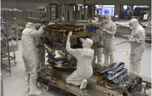 """Lądownik Kazachok: łazik potrzebuje sposobu, aby bezpiecznie dostać się na powierzchnię Marsa. Lądownik otrzymał nazwę Kazachok, co dosłownie oznacza """"mały kozak"""". Kazachok to także wesoły taniec ludowy. Źródło: TAS"""